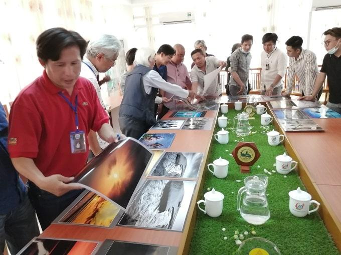 Ban Tổ chức, Ban giám khảo Hội thi tuyển chị ảnh triển lãm và giao lưu - Ảnh KN.