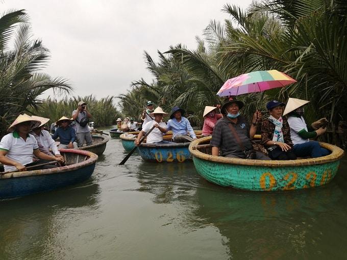 Bơi thúng – Hát hò – Chày cá – Phố Dừa… là điểm khác biệt của Tổ Hợp tác DLCĐ Ngư nghiệp ở rừng Dừa Cẩm Thanh- Ảnh LT.