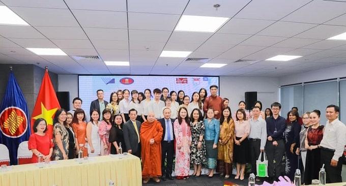 Các thành viên tham dự tọa đàm Khoa học quốc tế chủ đề Nâng cao quyền lực của phụ nữ đô thị trong kỷ nguyên số