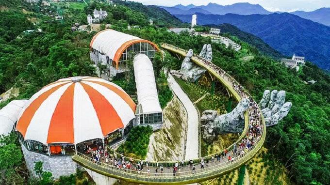 Cầu Vàng Đà Nẵng được khánh thành vào năm 2018, với thiết kế như một bàn tay khổng lồ