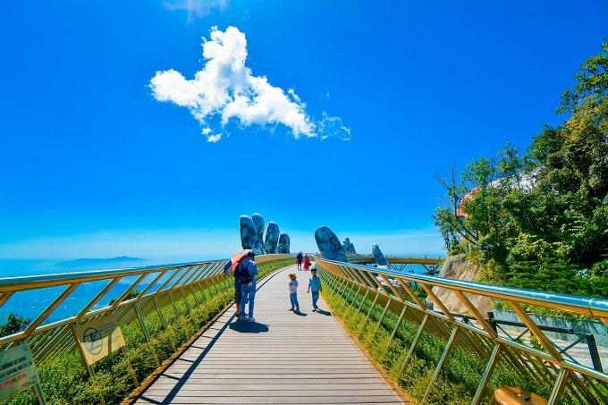 Cầu Vàng Đà Nẵng với thiết kế như một bàn tay khổng lồ làm bằng sợi thủy tinh và dây lưới