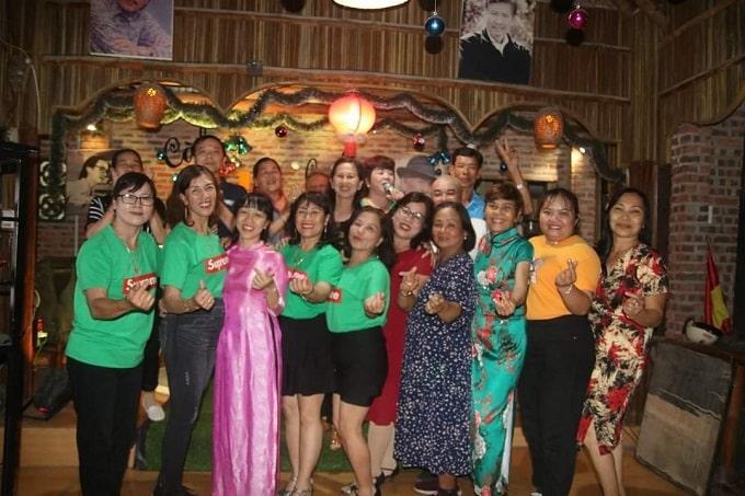 Chị Nguyễn Thị Kim Vy (áo dài hồng) và đại diện đoàn Bến Tre, các CLB ca nhạc – khiêu vũ xã Cẩm Thanh trong đêm giao lưu - Ảnh LT