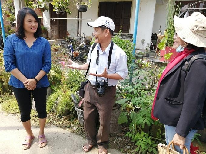Chị Nguyễn Thị Vân (áo xanh) và TS. Chu Mạnh Trinh đang chia sẻ về mô hình - Ảnh LT
