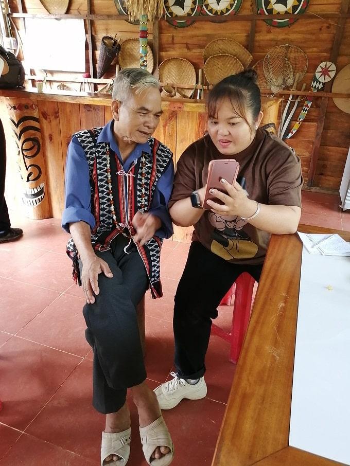 Chị Trần Thị Thủy Nguyên, CB UBND xã Thừa Đức chia sẻ thông tin với Gia làng A lăng Siêng (ảnh phải) và A lăng Như (ảnh trái) – Ảnh LT