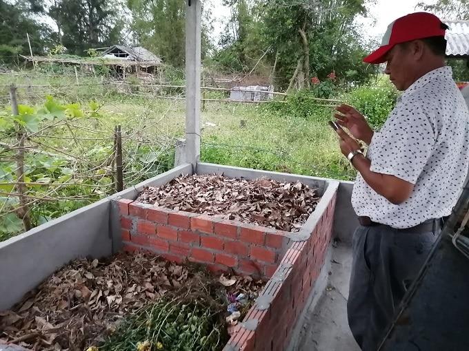 Chủ tịch UBND xã Thừa Đức Phạm Hoàng Long tìm hiểu mô hình xử lý rác - Ảnh LT