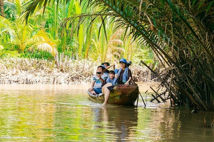 Đi xuồng ba lá trong rạch dừa nước mát rượi