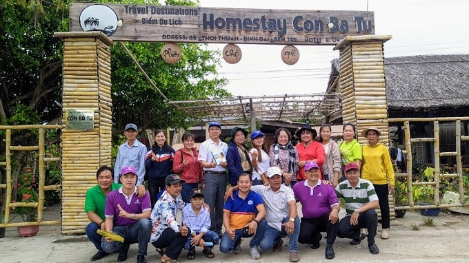 Đoàn tham quan học tập mô hình du lịch Homestay Cồn Bà Tư, xã Thới Thuận. - Ảnh LT