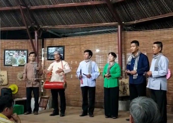 Đội hát sắc bùa hát phục vụ du khách ở sân chim Vàm Hồ