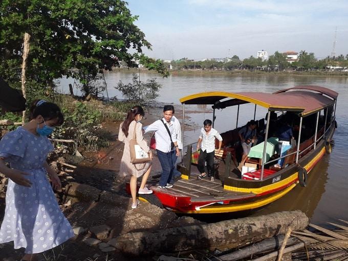 Lên thuyền du ngoạn trên sông Bến Tre
