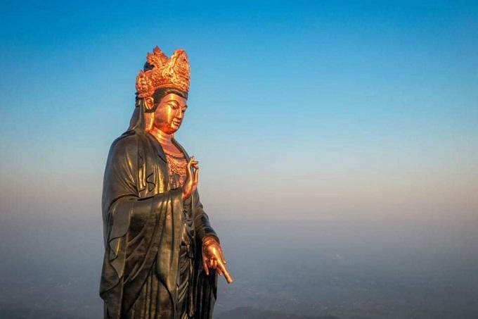 Phật Bà Tây Bổ Đà Sơn đội vương miện chạm khắc hình ảnh Đức Phật A Di Đà - Tay trái tượng cầm bình cam lộ đang dốc xuống