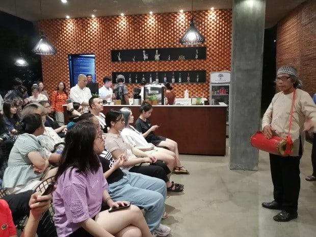 SV ĐH Fulbright Việt Nam học hát sắc bùa Phú Lễ tại nhà Dừa- tháng 10/2019  (Ảnh: Nhóm STT