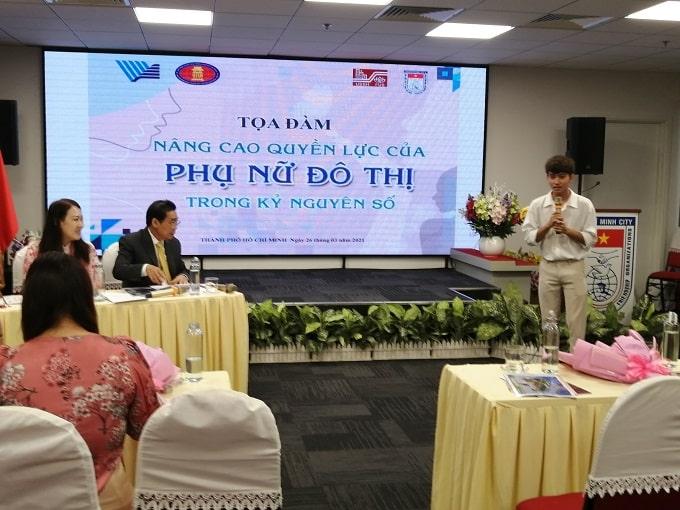 SV Vũ Trường Huy, khoa Ngữ văn Pháp, trường ĐHXH & NV Tp. Hồ Chí Minh đặt câu hỏi với diễn giả tại Tọa đàm. - Ảnh: LT
