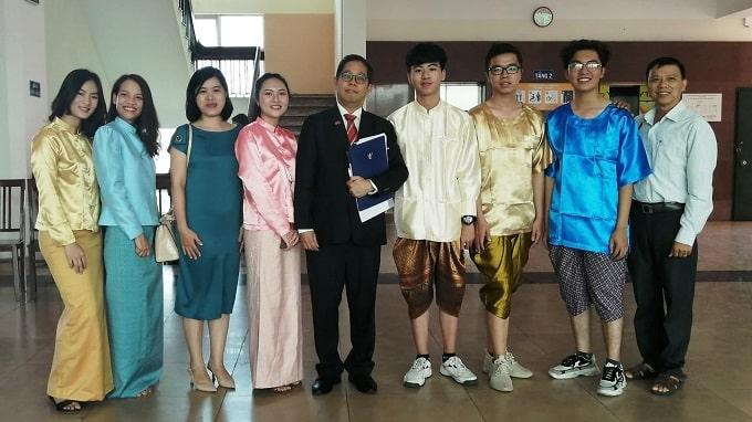 Sinh viên ngành Thái Lan, Tổng Lãnh sự Thái Lan và đại biểu Bến Tre - Ảnh: KN