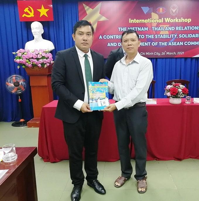 Tặng Tạp chí Cao Đài cho Lãnh sự văn hóa CamPhuchia Kith So Thearith (trái). Ảnh KN