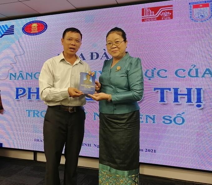 Tặng sách Nguyễn Đình Chiểu cho bà Phimpha Keomixay Tổng lãnh sự Lào