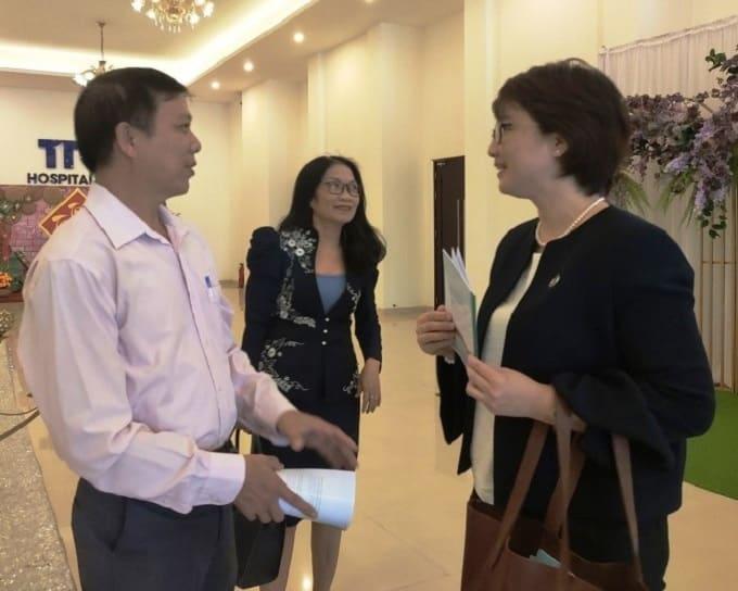 ThS. Phạm Văn Luân (bìa trái) trao đổi với bà Nguyễn Thị Thu Huyền (bìa phải). - Ảnh LT