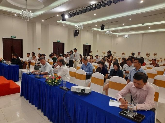 Thành viên tham dự Lễ Khởi động Dự án Xây dựng và phát triển mô hình du lịch sinh thái dựa vào cộng đồng tại vùng ven biển xã Thừa Đức, huyện Bình Đại