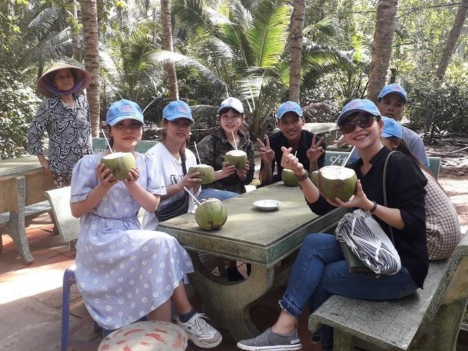 Thưởng thức dừa dứa tại vườn