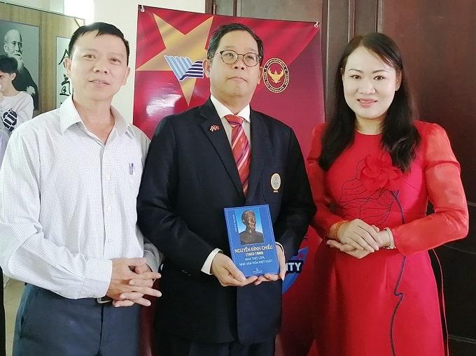Tổng Lãnh sự Thái Lan Apirat Sugondhabhirom (giữa). - Ảnh KN