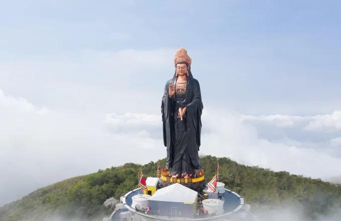 Tượng Phật Bà Tây Bổ Đà Sơn tại Tây Ninh có tổng chiều cao 72m, được đúc bởi hơn 170 tấn đồng đỏ
