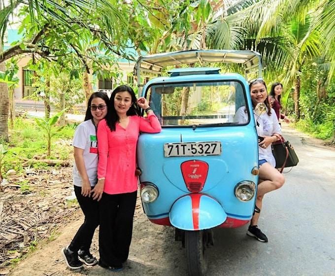 Xe lam đưa quý khách tham quan trên đường quê xứ dừa