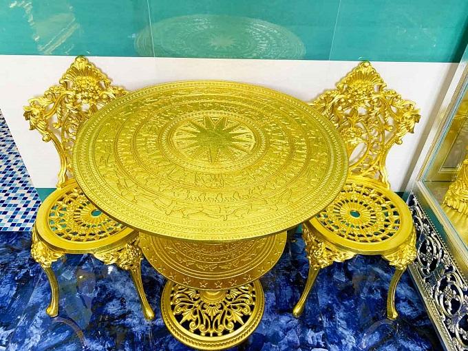 Bộ bàn ghế dát vàng lấy ý tưởng từ trống đồng Việt Nam được nhiều du khách chú ý nhất