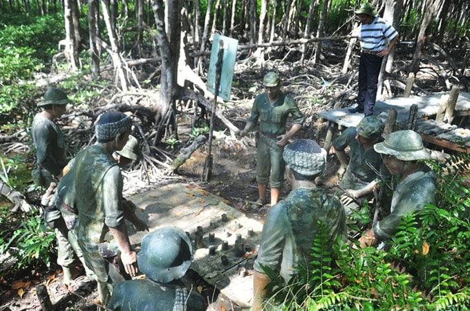 Cảnh chỉ huy Trung đoàn 10 đang nghe các chỉ huy phân đội báo cáo tình hình thực địa tại Rừng Sác Cần Giờ
