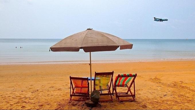 Du khách đến Đầm Trầu có thể thoải mái tắm biển, ngắm nhìn cảnh đẹp hoang sơ xinh đẹp hay có thể thưởng thức một vài đặc sản biển như mực, các loại cá và ốc biển,…