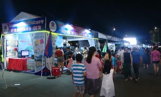 Du khách đến tham quan Tuần lễ Món ngon phố biển Vũng Tàu 2021