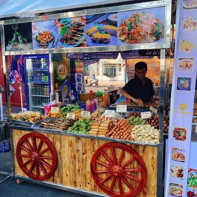 Lễ hội có sự góp mặt của hơn 100 gian hàng ẩm thực từ các thương hiệu được thiết kế, trang trí bắt mắt, chuyên nghiệp