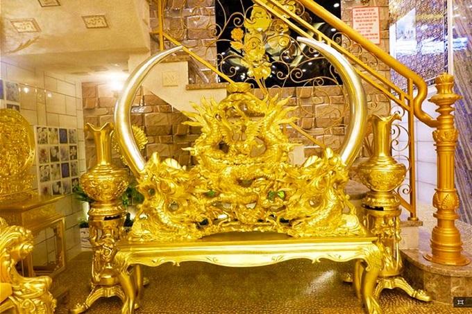 Ngôi nhà dát vàng với rất nhiều vật dụng được chế tác tinh xảo và tỉ mỉ