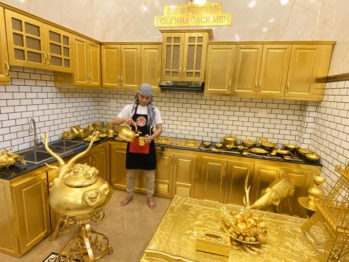 Ngôi nhà sử dụng chất liệu gạch men nhập từ nước ngoài về màu vàng làm điểm nhấn trang trí nội thất trong nhà cũng như đồ lưu niệm
