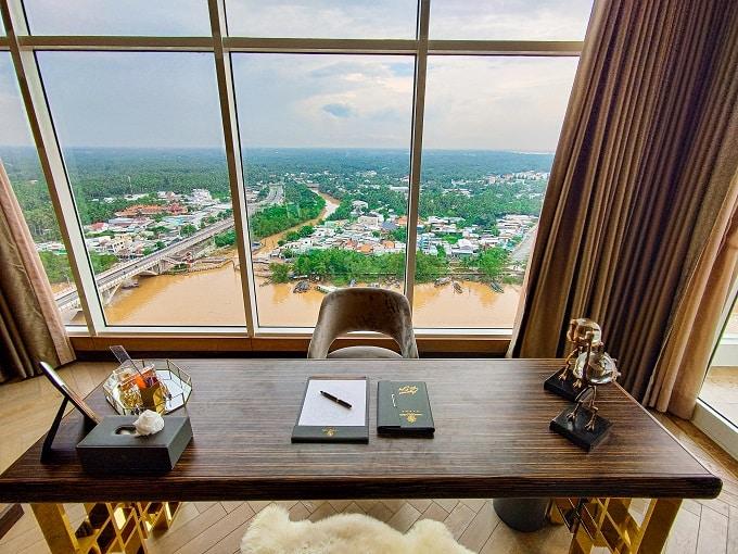 Presidential suite sang trọng và đẳng cấp với tầm nhìn ra sông và thành phố