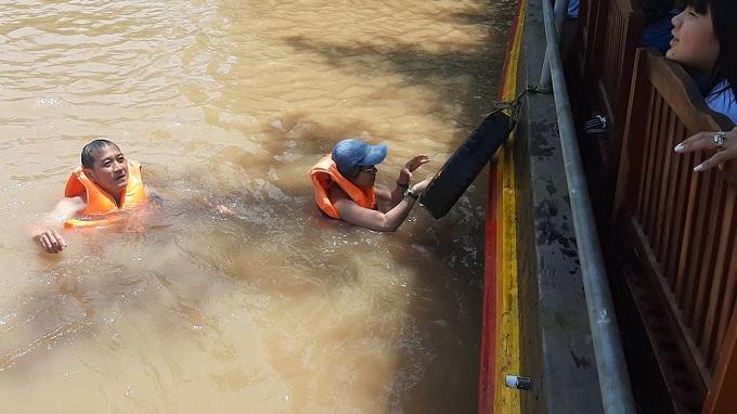 Trải nghiệm tắm sông mò hến