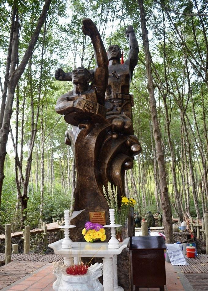 Tượng đài tưởng niệm các anh hùng liệt sỹ Đặc Công Rừng Sác đã hy sinh