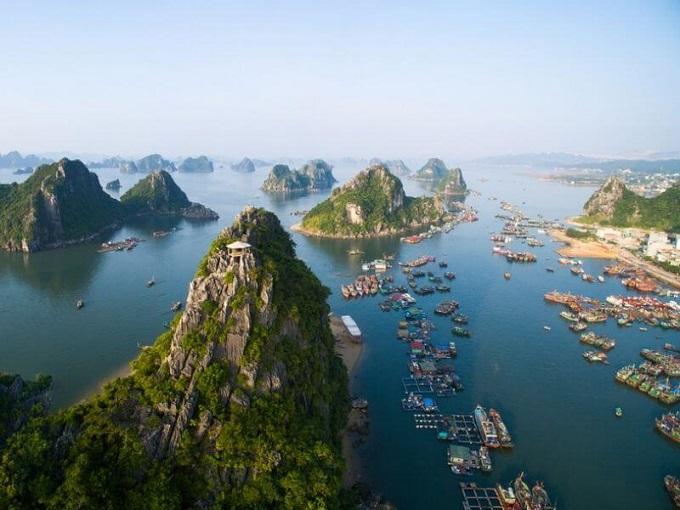 Vẻ đẹp của vịnh Hạ Long được tạo nên từ 3 yếu tố: đá, nước và bầu trời. Vịnh Hạ Long có diện tích khoảng 1.553 km2, bao gồm 1.969 hòn đảo