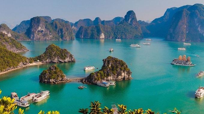 Vịnh Hạ Long (vùng vịnh nơi rồng hạ thế) được UNESCO công nhận là Di sản thiên nhiên Thế giới lần đầu tiên vào năm 1994