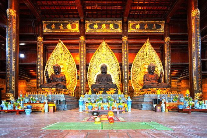 Ba bức tượng khổng lồ tại Điện Tam Thế