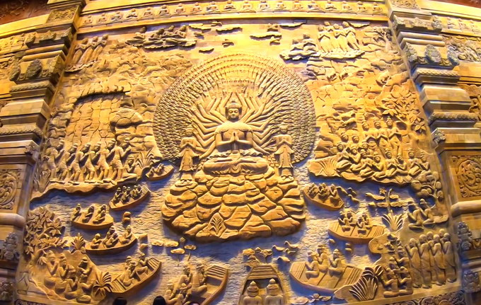 Các bức tường trong các điện thờ ở chùa Tam Chúc được trang trí bởi những bức phù điêu được chạm khắc bằng đá núi lửa