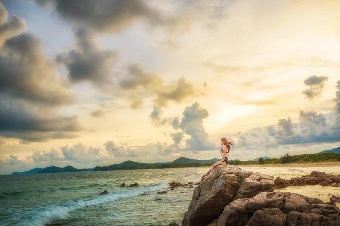 Khung cảnh thiên nhiên hùng vĩ ở bãi tắm Minh Châu