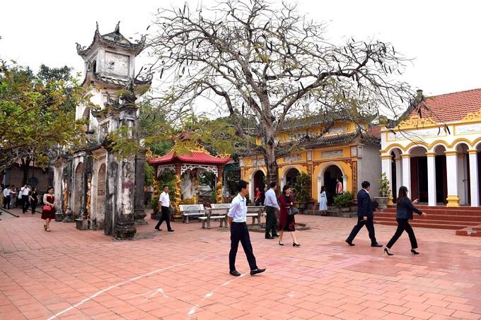 Quần thể di tích lịch sử kiến trúc nghệ thuật cấp quốc gia đình - chùa - miếu - nghè Quan Lạn nằm ngay tại trung tâm xã