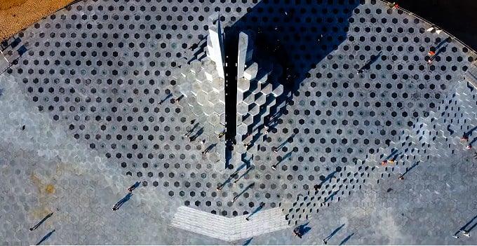 Tháp Nghinh Phong gây ấn tượng với điểm nhấn được tạo hình Ghềnh Đá Đĩa