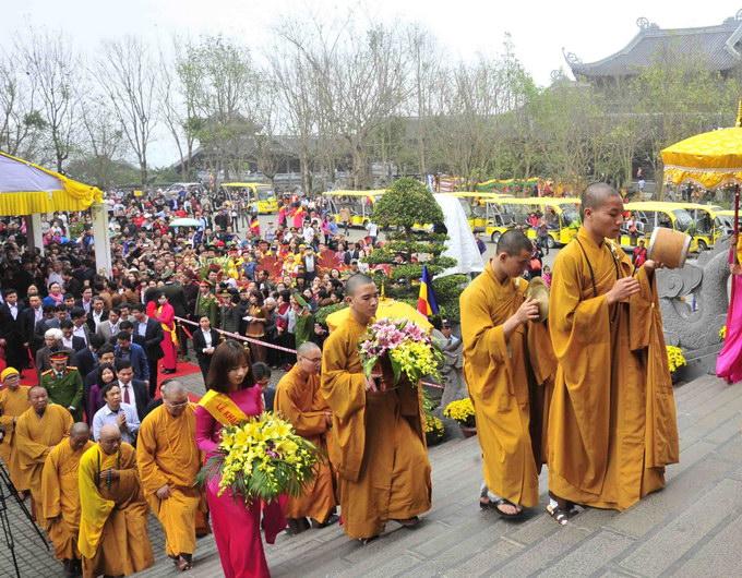 Các đại biểu và tăng ni, phật tử cùng du khách đã tham gia nghi lễ cầu nguyện tại Lễ Hội Chùa Bái Đính