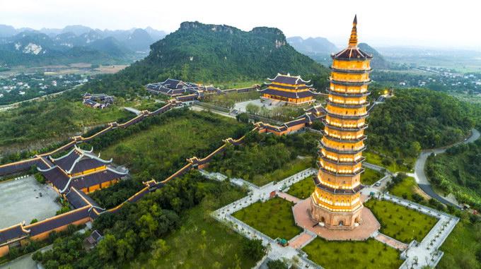 Điểm nhấn về đêm ở chùa Bái Đính là Tháp Báo Thiên gồm 13 tầng, nơi thờ Xá Lợi (tro cốt) của Đức Phật Thích Ca Mâu Ni được rước từ Ấn Độ về