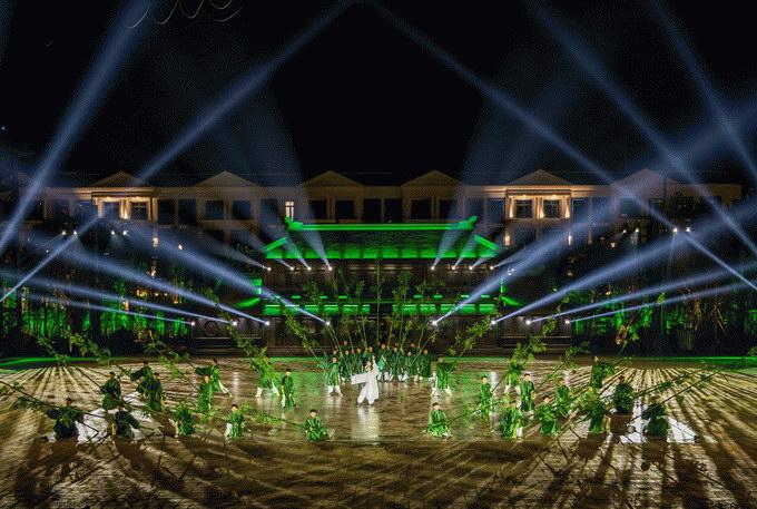 Khu Tinh hoa Việt Nam có chi phí đầu tư lên đến 8,3 triệu đô, được thiết kế và dàn dựng bởi đạo diễn thực cảnh nổi tiếng Việt Tú