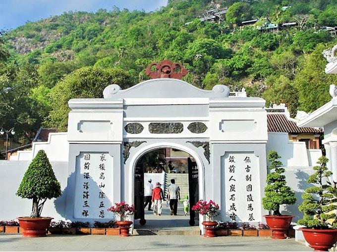 Lăng Thoại Ngọc Hầu còn gọi là Sơn Lăng, là một công trình kiến trúc nguyên vẹn hiếm hoi tiêu biểu thời nhà Nguyễn còn lại ở đất phương Nam