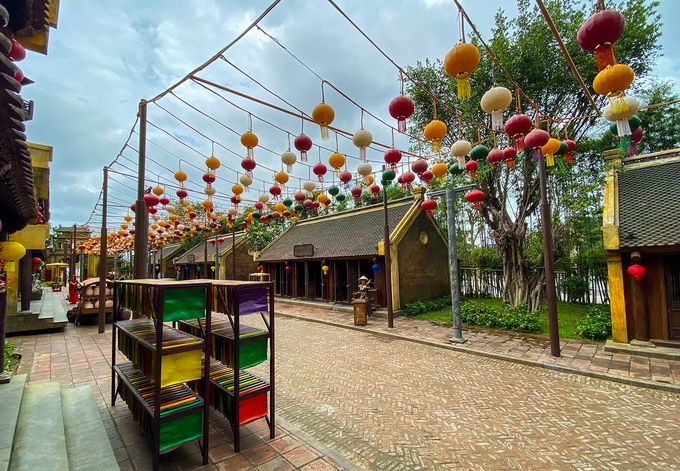Làng quê Việt xưa được tái hiện yên bình với những nếp nhà rêu phong, con đường nhỏ lát gạch, treo đèn lồng đủ màu sắc