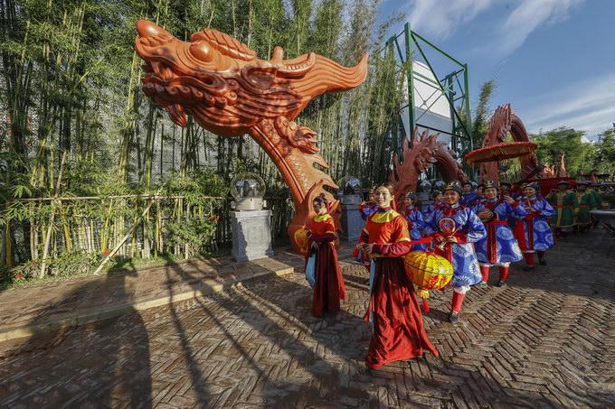 Show thực cảnh Tinh hoa Việt Nam có gần 3.000 show mỗi năm, tái hiện cảnh quan quân đi tuần, bán hàng rong, đám rước kiệu hoa, khai trương hồng phát... khiến không khí nhộn nhịp, hệt như cuộc sống kinh thành thời xưa