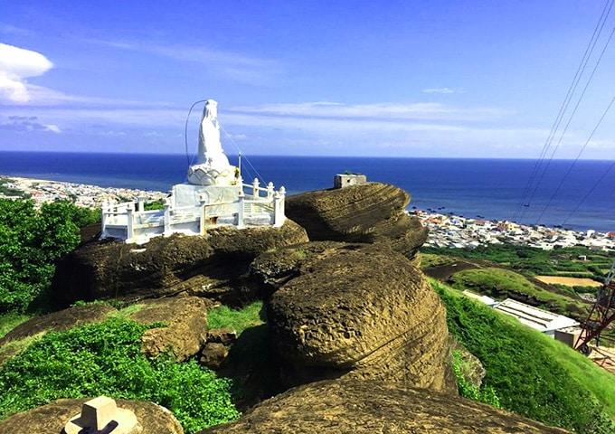 Tượng Phật Quan Thế Âm Bồ Tát nằm trên đỉnh Cao Cát