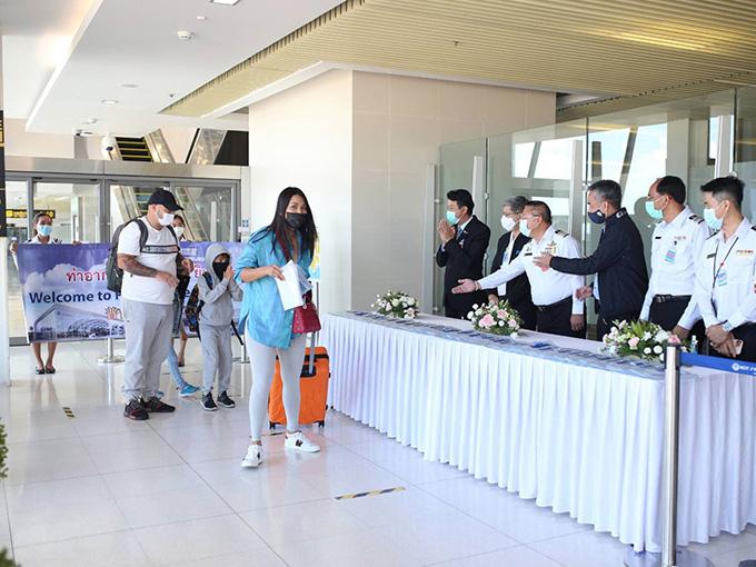Các du khách đầu tiên được chào đón tại sân bay Phuket ngày 1-7 - Ảnh: BANGKOK POST